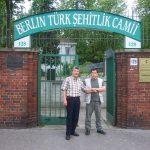 Berlin Türk Şehitliğinin Önünde Cami Görevlisiyle Birlikteyim