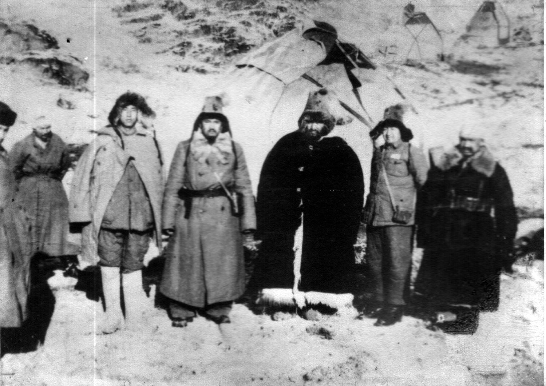 (Солдан оңға) үшінші адам Дәлелхан Жанымханұлы Жаналтай, Оспан Батыр, Қытай офицері, Нұрғожай батыр